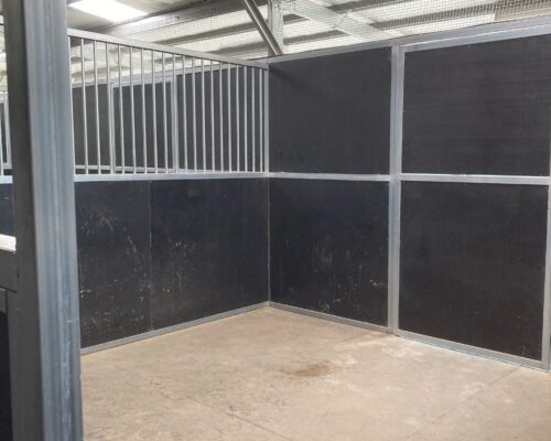 5 Rubber Floored Stables ( NEW )